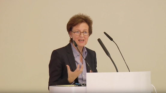 Screenshot showing Beate Lohmann giving a speech