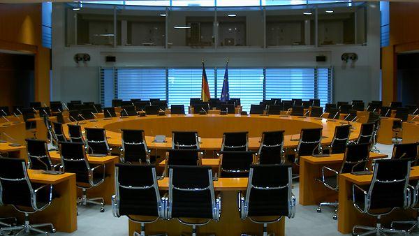Bild des internationalen Konferenzsaals im Bundeskanzleramt (ohne Menschen)